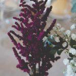 flores en las mesas de la boda