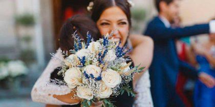 Abrazo de la novia en su boda
