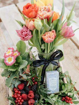 Caja de madera con flores y jabón